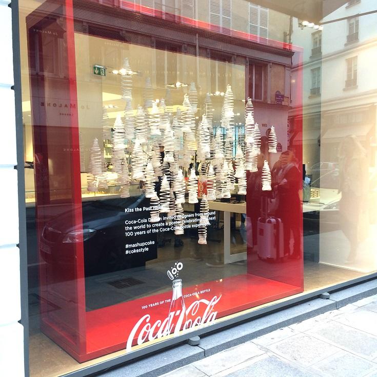 Vitrine Colette 100 ans Coca-Cola 100 ans bouteille Contour